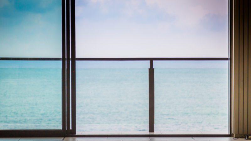 מעקה זכוכית לעיצוב ובטיחות
